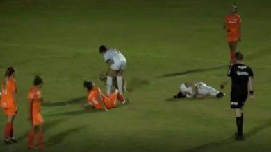 Photo of في حادثة طريفة ومؤسفة..كلب يقتحم مباراة ويتسبب بإصابة لاعبة كرة قدم