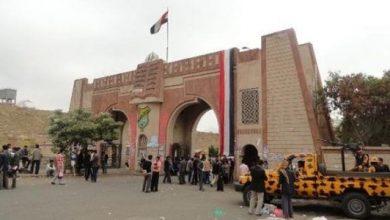 Photo of طلاب حوثيون يعتدون على أستاذ جامعي انتقد قانون الزكاة الحوثي